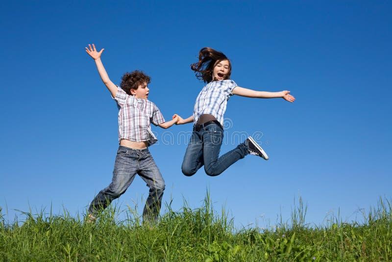 Download Openlucht Springen Van Jonge Geitjes Stock Foto - Afbeelding bestaande uit kind, groen: 10775150