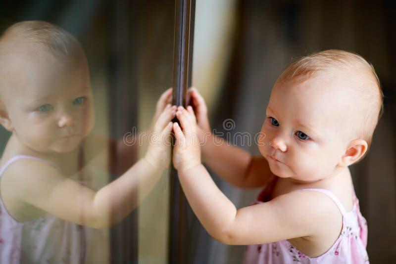 Openlucht toevallig portret van babymeisje stock fotografie
