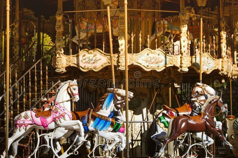 Openlucht uitstekende vliegende paardcarrousel in de stad royalty-vrije stock afbeeldingen