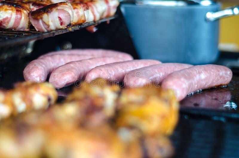 In openlucht voorbereidend een grillpartij stock afbeeldingen