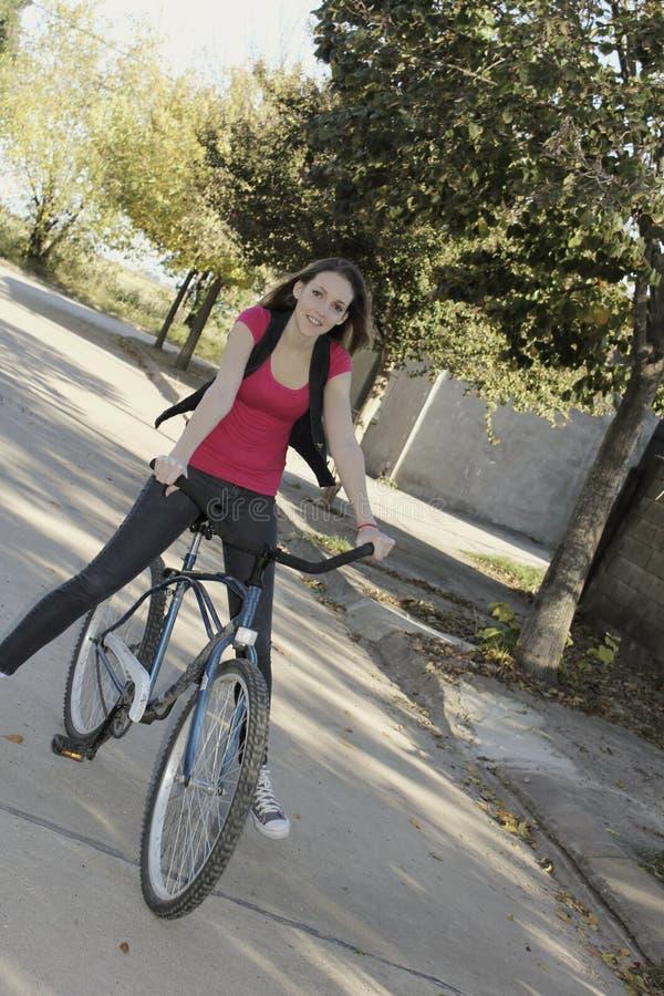 vrouw en fiets stock afbeelding