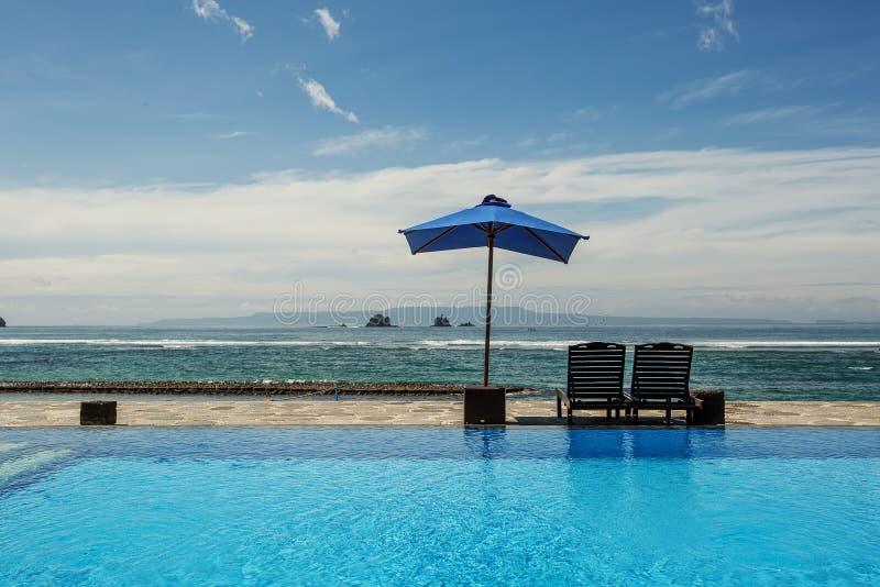Openlucht zwembad bij toevlucht stock afbeelding