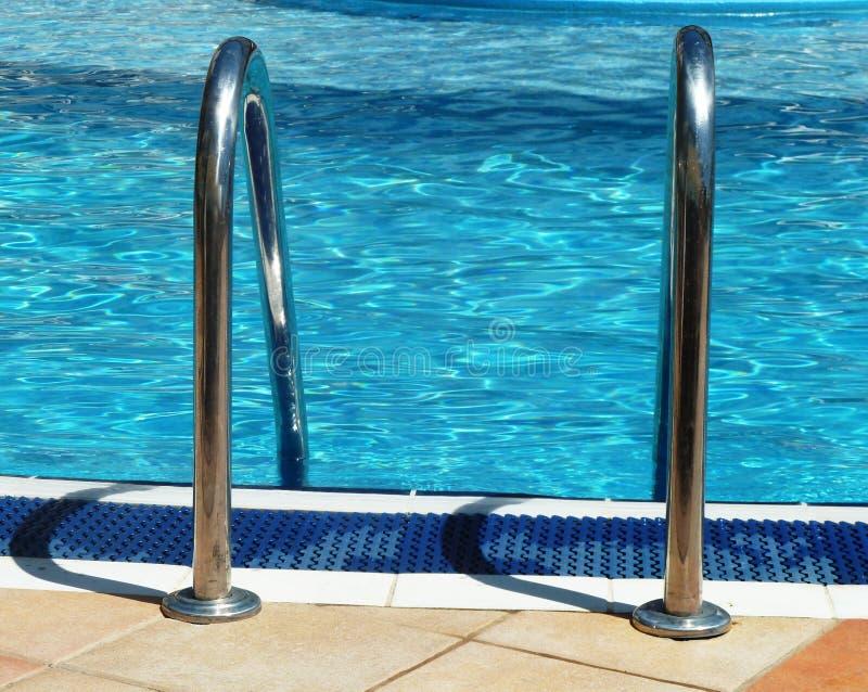 Openlucht zwembadsturen in de zonneschijn royalty-vrije stock foto's