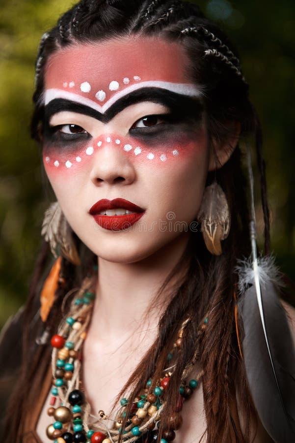 Openluchtclose-upportret van vrij jonge shamanessmedicijnman stock fotografie