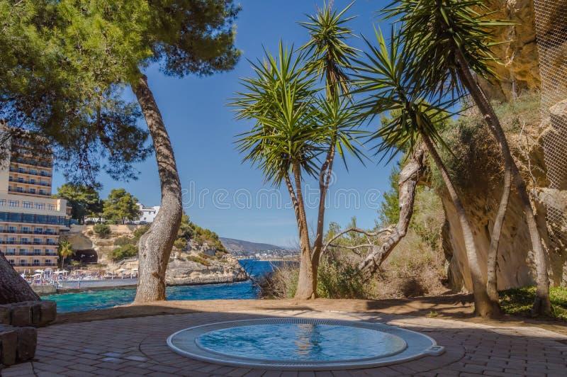 Openluchtjacuzzi boven de Middellandse Zee tussen royalty-vrije stock afbeeldingen