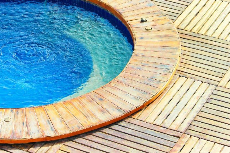 Openluchtjacuzzipool met vers blauw water stock fotografie