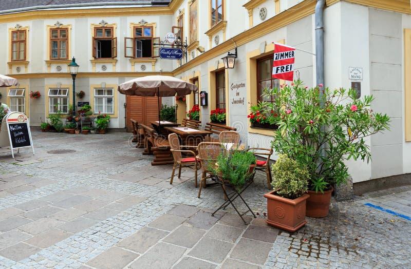 Openluchtkoffie in het historische centrum Ybbs een der Donau, Oostenrijk royalty-vrije stock foto's