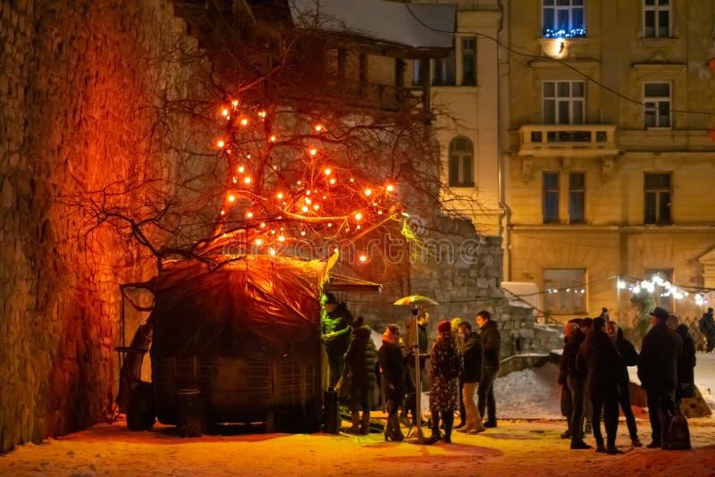 Openluchtkoffiewinkel in de comfortabele binnenplaats van de oude stad De winter Mooie verlichting royalty-vrije stock afbeelding