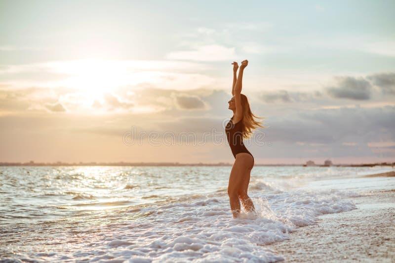 Openluchtlevensstijlportret van mooi meisje in zwart zwempak stock foto