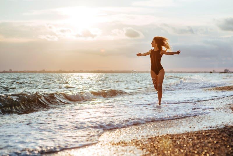 Openluchtlevensstijlportret van mooi meisje in zwart zwempak stock afbeeldingen