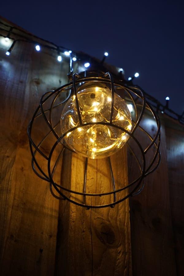 Openluchtlichten die in tuin zich op de voorgrond concentreren stock afbeeldingen