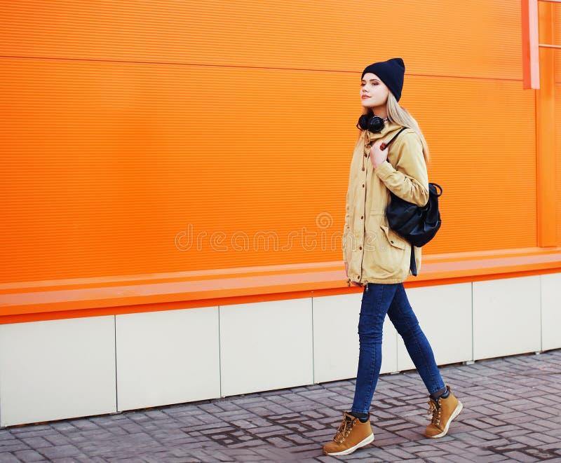 Openluchtmanierfoto van modieuze hipster het koele meisje lopen stock afbeeldingen
