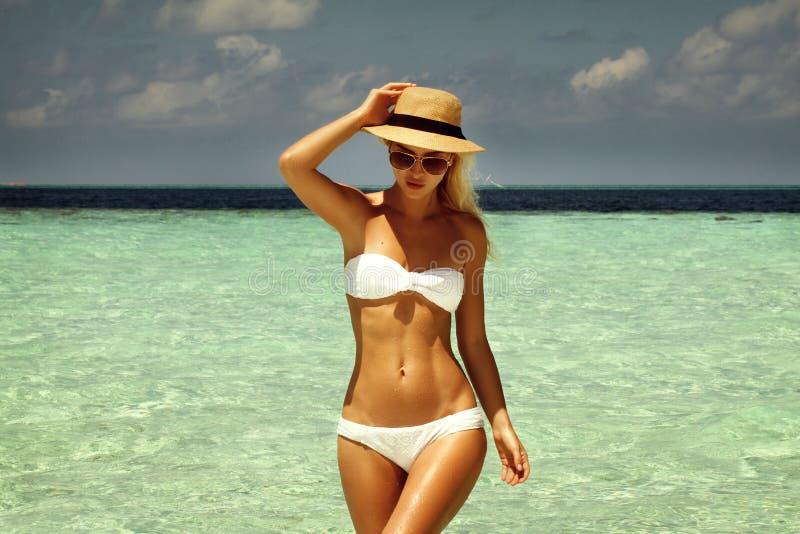 Openluchtmanierfoto van mooie gelukkige vrouw op zee Strandtra royalty-vrije stock foto's