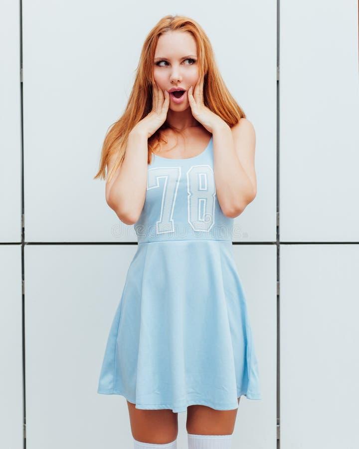 Openluchtmanierportret van modieuze jonge vrouw die pret, emotioneel gezicht, het lachen hebben De stedelijke stijl van de stadss stock afbeelding