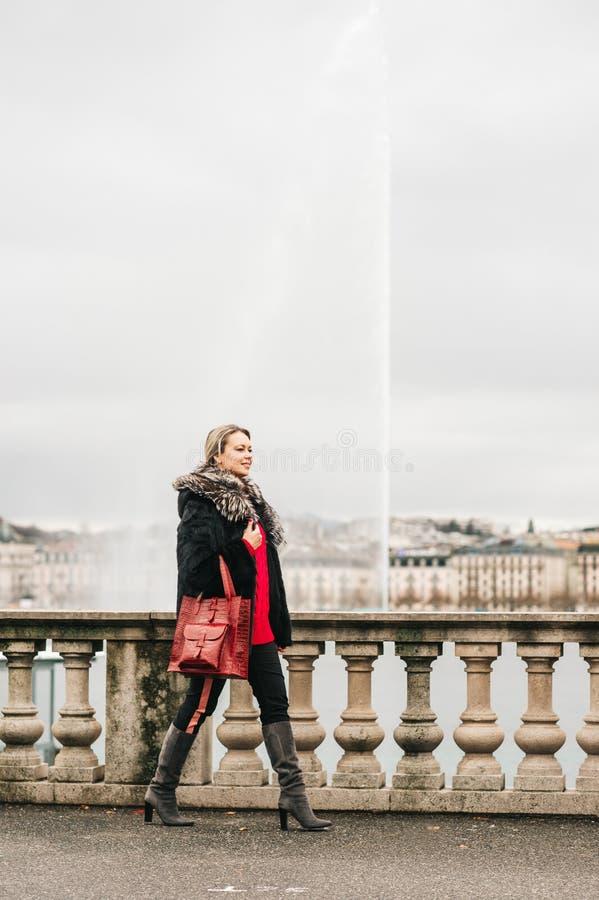 Openluchtmanierportret van mooie vrouw met blond haar, royalty-vrije stock fotografie