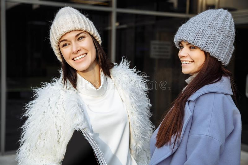 Openluchtmanierportret van twee vrij vrolijke meisjesvrienden, glimlachend en hebbend pret Het lopen op de de herfststad royalty-vrije stock foto's