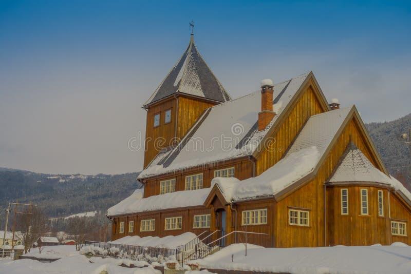 Openluchtmening van gedeeltelijk Stave Church behandeld met sneeuw tijdens een zware wintertijd in Gol royalty-vrije stock foto's