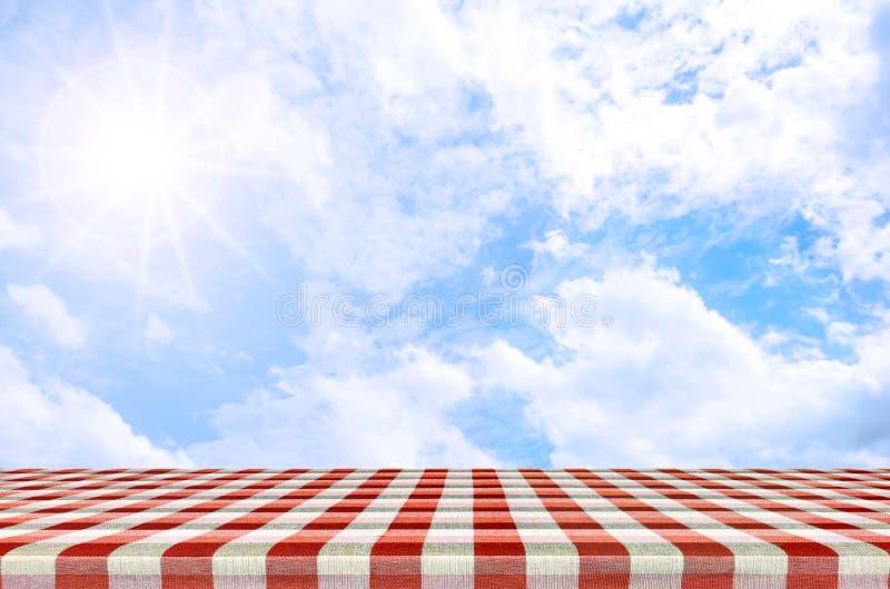 Openluchtpicknickachtergrond in het licht van de de zomerzon royalty-vrije stock foto's