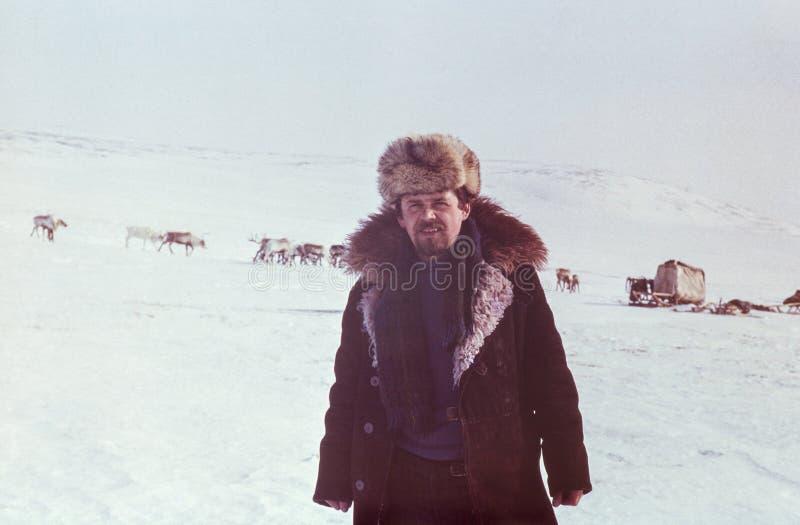 Openluchtportret van de jonge sovjetmens tegen het verre herteneigenaar kamperen royalty-vrije stock afbeeldingen