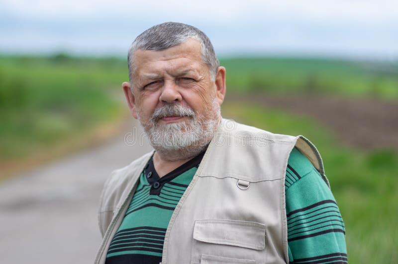 Openluchtportret van de Kaukasische hogere mens die rechtstreeks in camera kijken royalty-vrije stock afbeeldingen