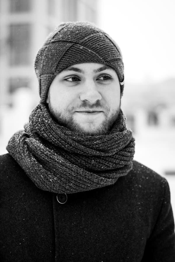 Openluchtportret van de knappe mens in grijze laag De foto van de manier De sneeuwvalstijl van de schoonheidswinter Rebecca 36 royalty-vrije stock fotografie