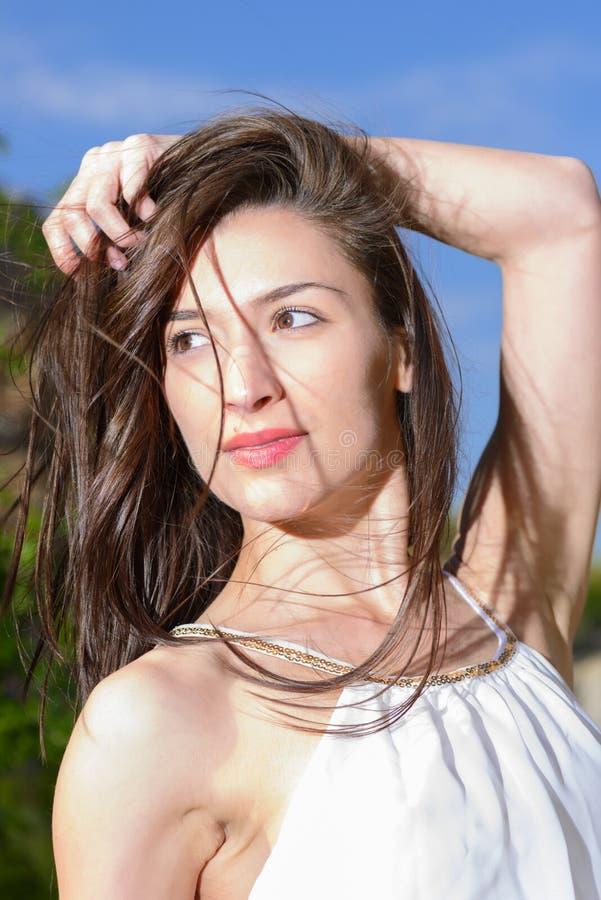 Openluchtportret van een bueautiful jonge vrouw stock fotografie