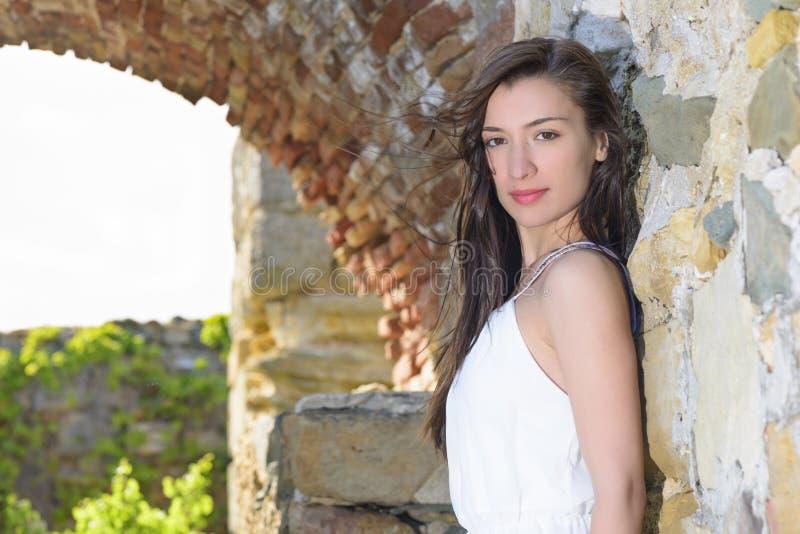 Openluchtportret van een bueautiful jonge vrouw stock afbeeldingen