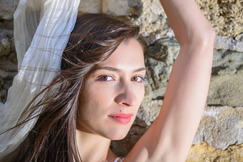 Openluchtportret van een bueautiful jonge vrouw stock afbeelding