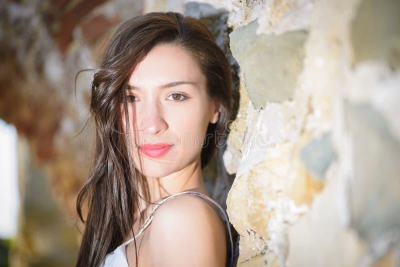 Openluchtportret van een bueautiful jonge vrouw royalty-vrije stock afbeelding