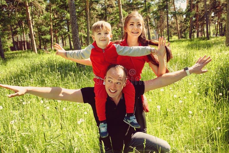 Openluchtportret van een gelukkige familie Mamma, papa en kind royalty-vrije stock afbeelding