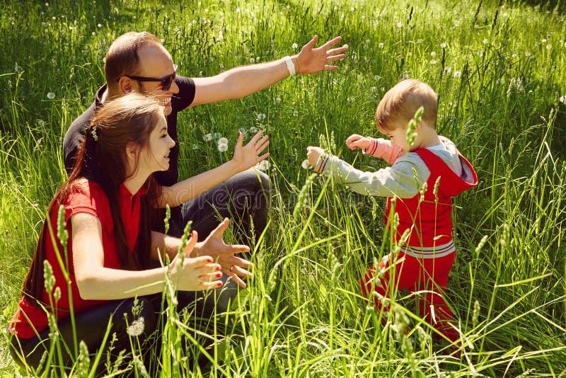Openluchtportret van een gelukkige familie Mamma, papa en kind stock afbeeldingen