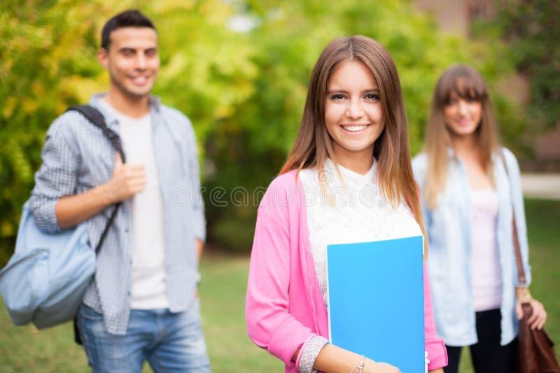 Openluchtportret van een glimlachende student stock afbeelding