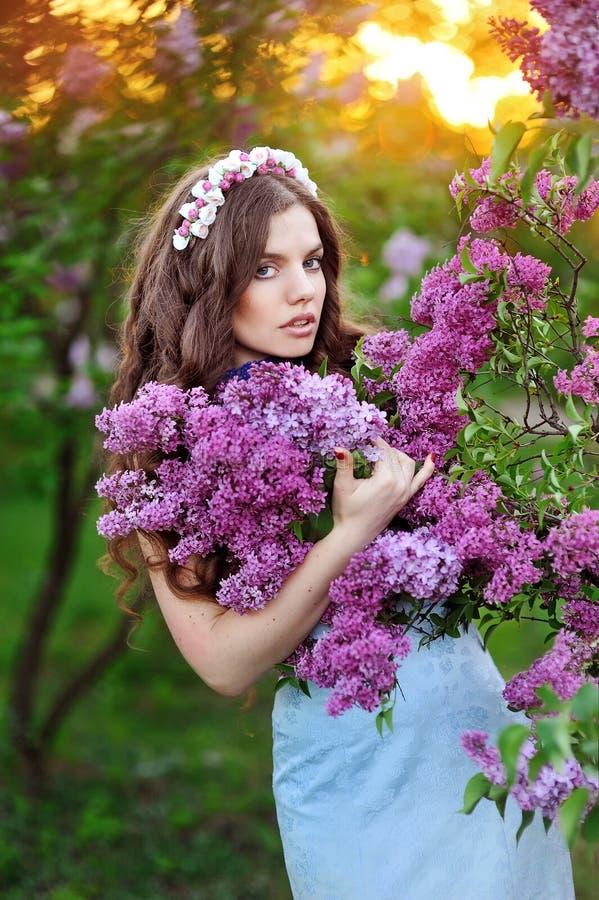 Openluchtportret van een leuk meisje tegen mooie sering op nic stock fotografie