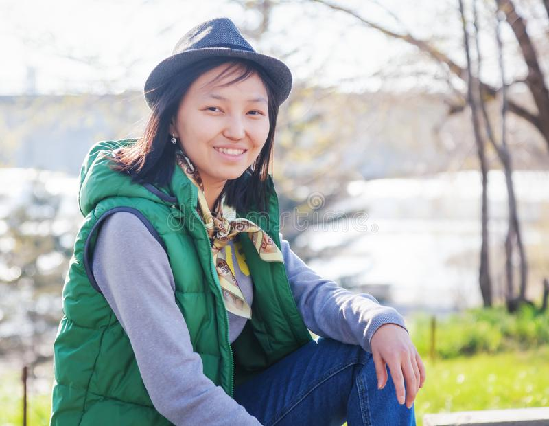 Openluchtportret van een leuk vrij Aziatisch tienermeisje, stedelijke stijl stock afbeeldingen