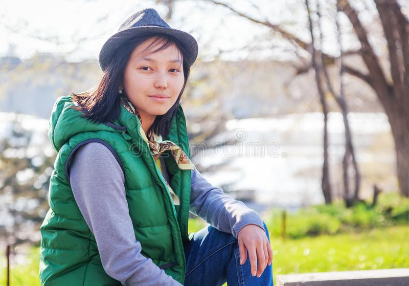 Openluchtportret van een leuk vrij Aziatisch tienermeisje, stedelijke stijl stock afbeelding