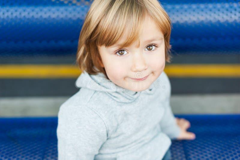 Openluchtportret van een leuke kleine jongen royalty-vrije stock foto's