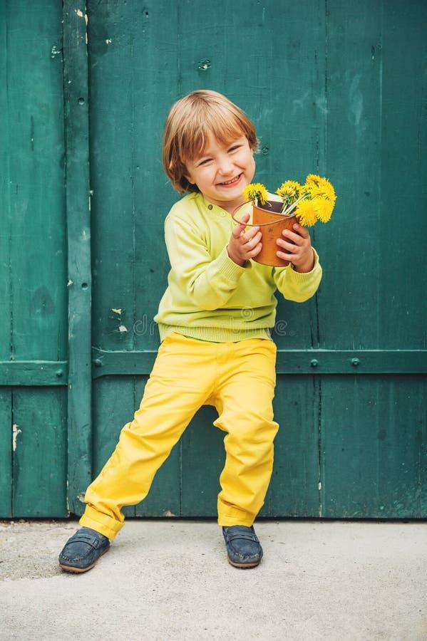 Openluchtportret van een leuke kleine jongen stock afbeelding
