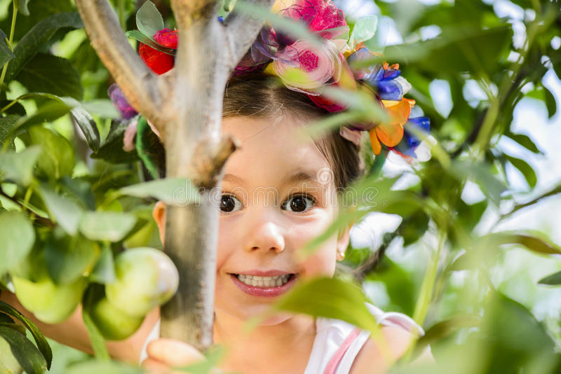 Openluchtportret van expressief meisje stock fotografie
