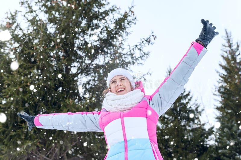 Openluchtportret van gelukkig jong meisje in een de winterpark Hef u op stock afbeeldingen