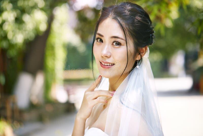 Openluchtportret van gelukkige Aziatische bruid stock afbeelding