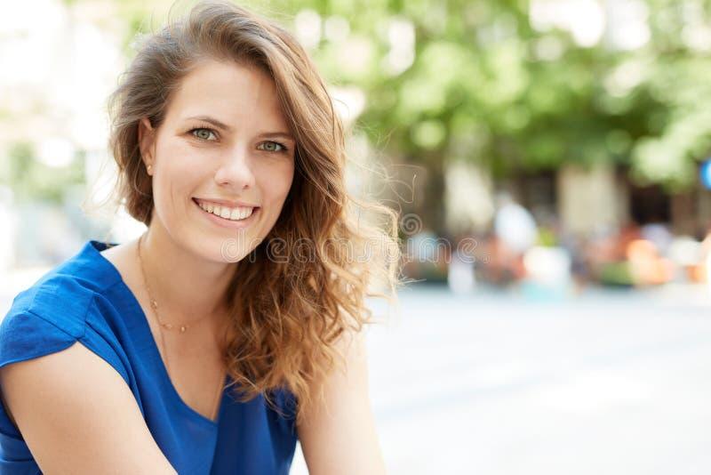 Openluchtportret van gelukkige vrouw stock foto's