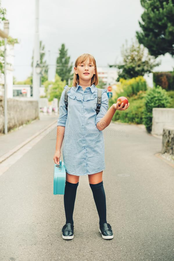 Openluchtportret van grappig weinig schoolmeisje royalty-vrije stock foto