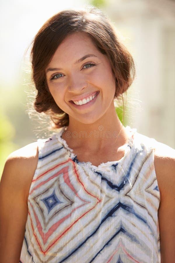 Openluchtportret van het Aantrekkelijke Jonge Vrouw Glimlachen bij Camera royalty-vrije stock afbeelding