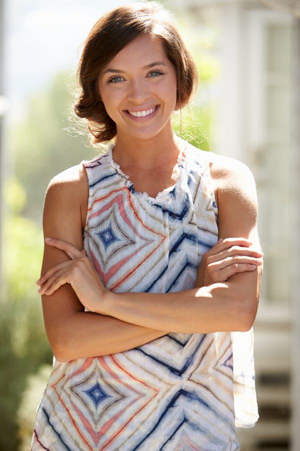 Openluchtportret van het Aantrekkelijke Jonge Vrouw Glimlachen bij Camera royalty-vrije stock foto's