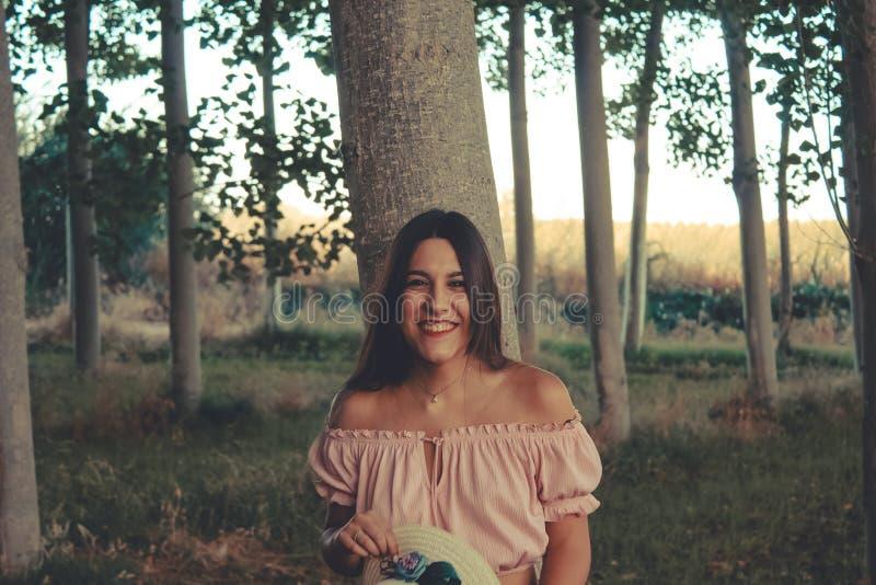 Openluchtportret van het jonge donkerbruine meisje lachen royalty-vrije stock foto
