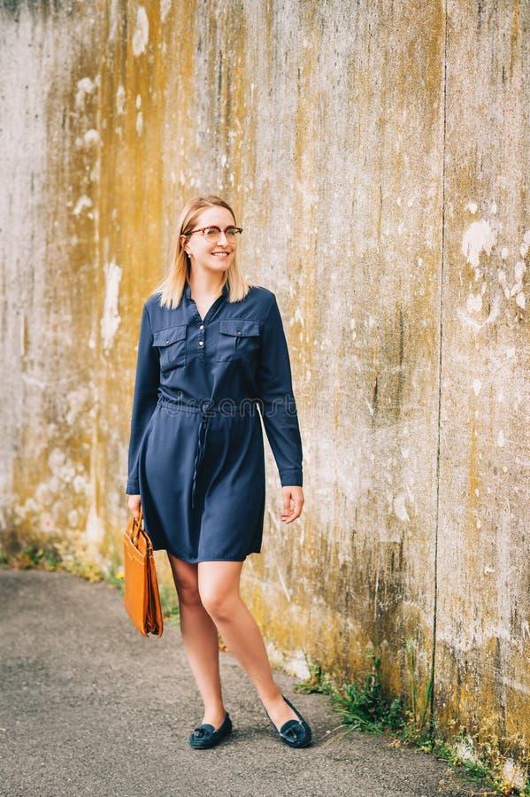 Openluchtportret van jonge bedrijfsvrouw die bruine leeraktentas houden royalty-vrije stock foto's
