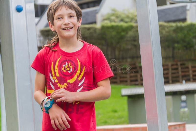 Openluchtportret van jonge gelukkige glimlachende tienerjongen stock afbeeldingen