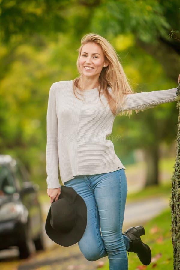 Openluchtportret van jonge gelukkige glimlachende vrouw stock afbeeldingen