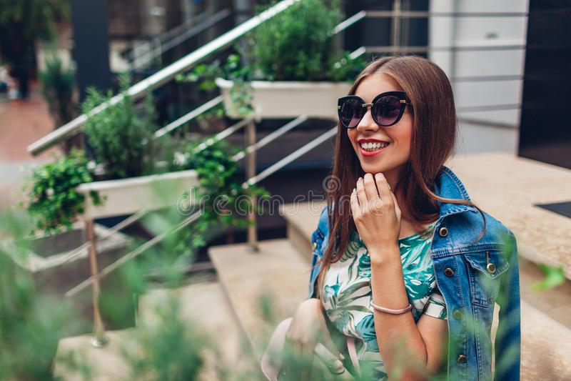 Openluchtportret van jonge mooie modieuze vrouw die modieuze toebehoren dragen Gelukkig meisje die in stad glimlachen royalty-vrije stock afbeeldingen