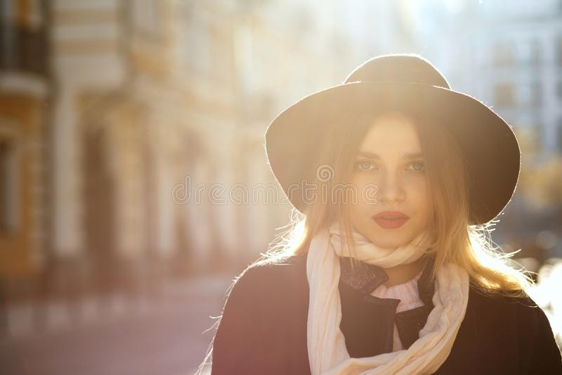 Openluchtportret van luxueus blondemeisje die hoed, sjaal dragen en royalty-vrije stock foto
